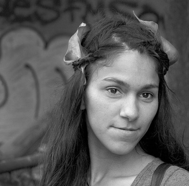 7._MG_2430 flicka med löv sarajevo svart vit